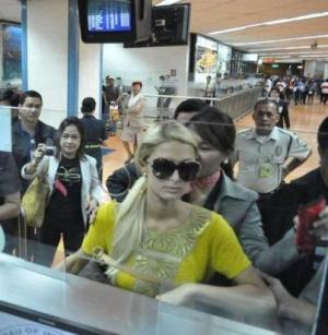 Paris Hilton in Manila Airport